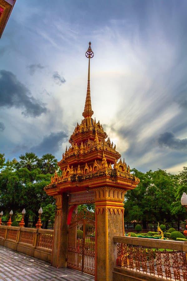 de schommeling van de natuurverschijnselzon in een cirkel boven Chalong-tempel stock fotografie