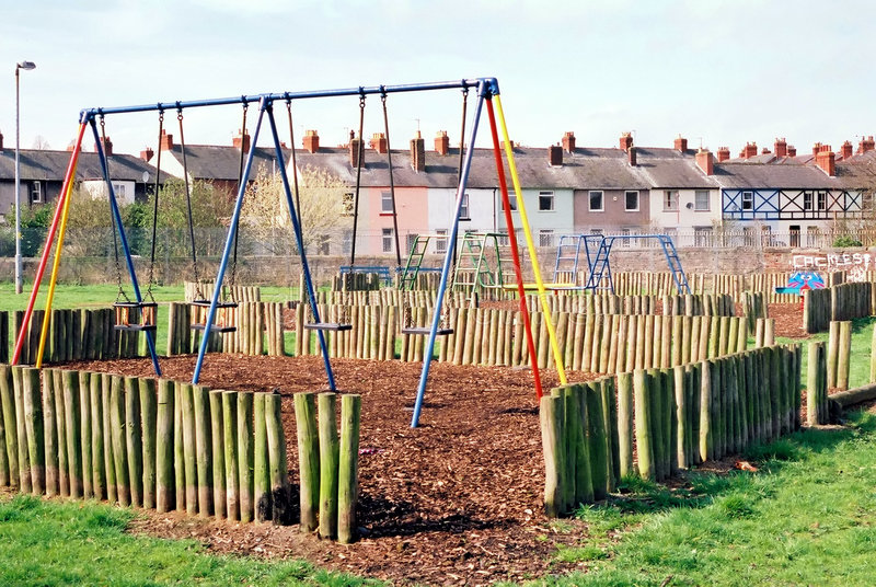 De Schommeling van het park - de Speelplaats van Kinderen stock afbeeldingen