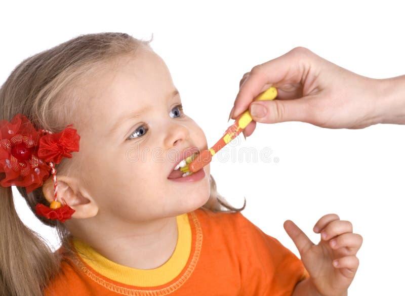 De schone borstel van het kind zijn tanden. royalty-vrije stock fotografie