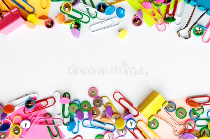 De school en het bureau leveren paperclippen, spelden, nota's, stickers op witte achtergrond stock afbeelding