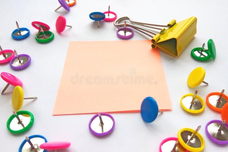 De school en het bureau leveren paperclippen, spelden, nota's, stickers op witte achtergrond Spot omhoog royalty-vrije stock afbeeldingen