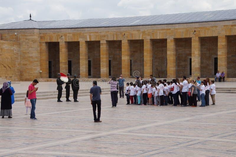 De schoolkinderen leggen een kroon royalty-vrije stock fotografie