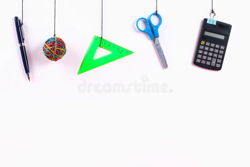 De schoollevering hangt op kabel De Levering van de school op witte achtergrond Terug naar het Concept van de School stock foto