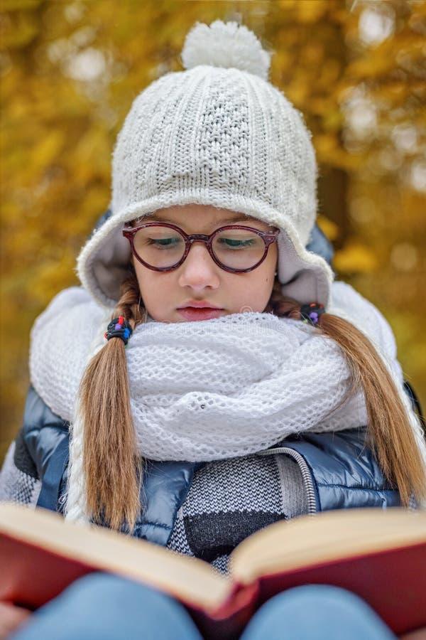 de schoolmeisjestudent leest in openlucht studieboek royalty-vrije stock foto