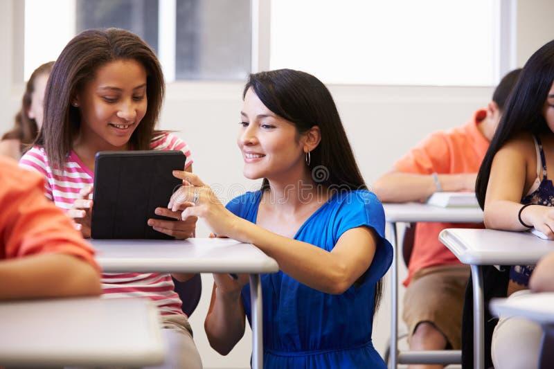 De Schoolstudent In Classroom van leraarshelping female high royalty-vrije stock fotografie