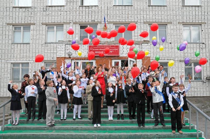 De schoolstudenten geven ballons van de hemel vrij stock foto's