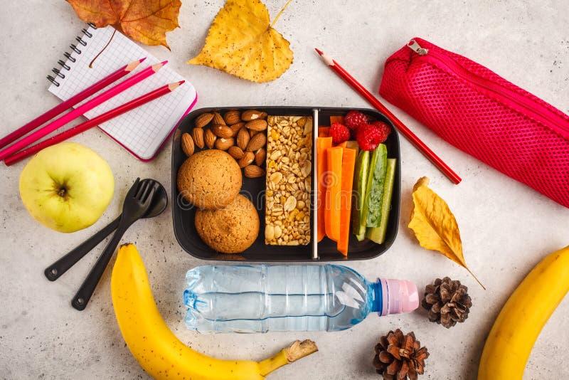 De schoolvlakte lag Gezonde maaltijd prep containers met vruchten, berri stock afbeeldingen