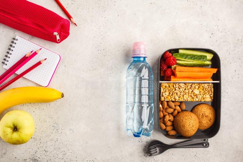 De schoolvlakte lag Gezonde maaltijd prep containers met vruchten, berri royalty-vrije stock foto