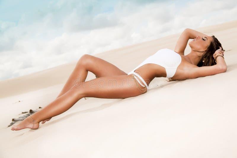 De Schoonheid die van Cacuasian op het strand ligt royalty-vrije stock afbeelding