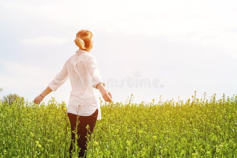 De schoonheid die van een meisje in openlucht, van aard en vrijheid genieten en van het leven genieten Mooi meisje in een wit ove stock afbeelding