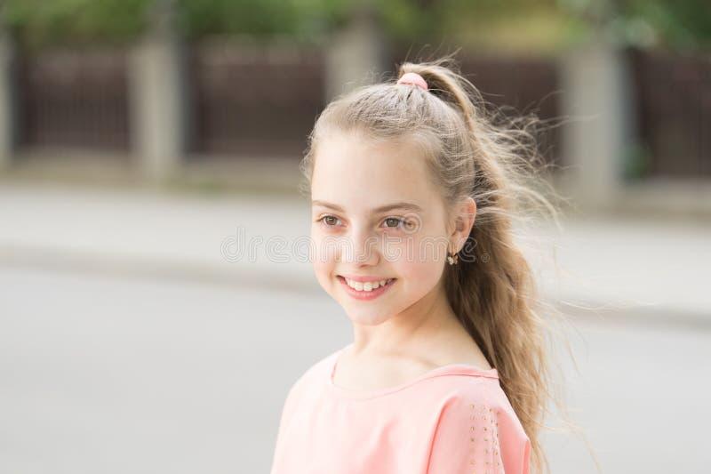 De schoonheid is diep maar huid Leuk meisje die van vlotte babyhuid genieten Aanbiddelijk klein kind met schoonheidsblik van gezo royalty-vrije stock afbeeldingen