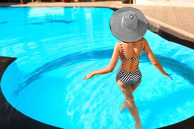 De Schoonheid van de de zomervrouw, Manier Gezonde Vrouw in Zwembad Re stock afbeelding