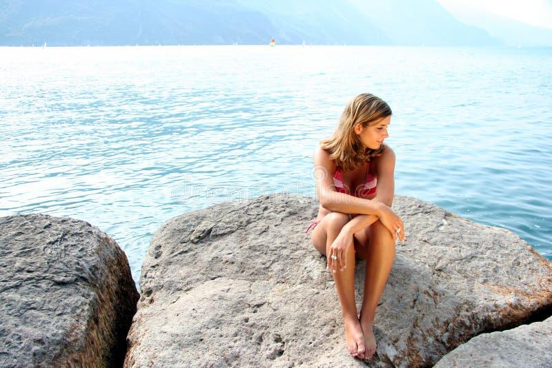 De schoonheid van de oever van het meer in een bikini royalty-vrije stock foto