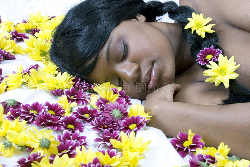 De schoonheid van de slaap in een bed van bloemen stock afbeeldingen