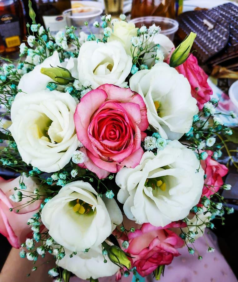 De schoonheid van gekleurde bloemen Close-up van een bos van bloemen Bruid in witte kleding Vrouwelijke decoratie voor het meisje stock foto's
