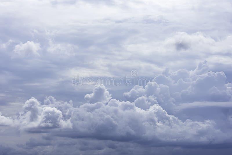 De schoonheid van de hemel en de regen betrekken in de dagtijd stock foto