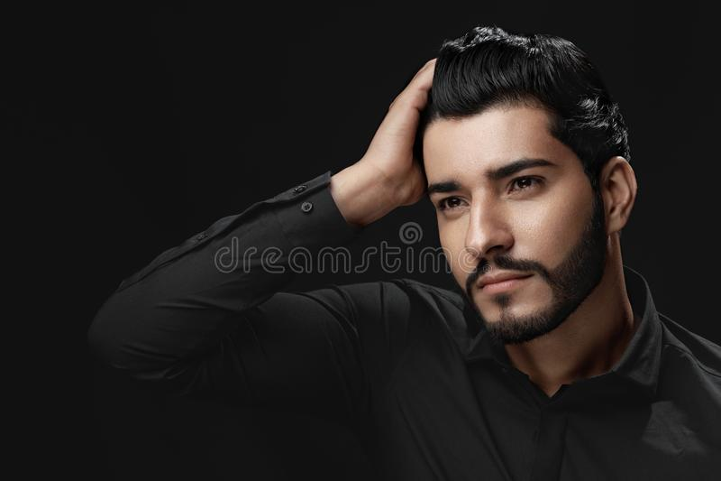 De Schoonheid van het mensenhaar Knap Mannelijk Modeltouching healthy hair stock afbeelding
