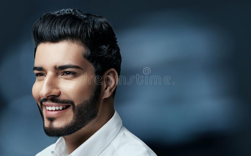 De Schoonheid van het mensenhaar Knappe Mens Modelwith black hair en Baard stock foto's