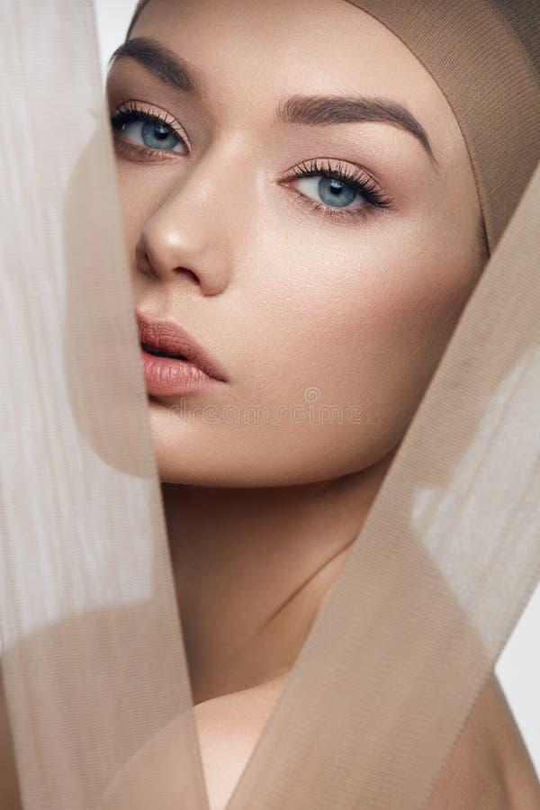 De schoonheid van de huidzorg vrouw met mooi gezicht royalty-vrije stock afbeelding