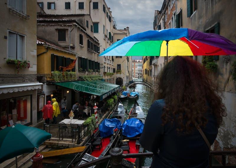 De schoonheid van de oude stad van Venetië Weergeven van de kanalen Italiaanse Romaans Regen in Venetië stock foto