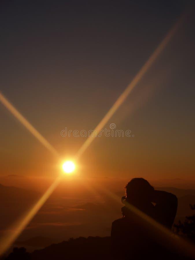 De schoonheid van sunrises en de hemel in de ochtend En een fotograaf van de rug schoot Op het meningspunt stock fotografie
