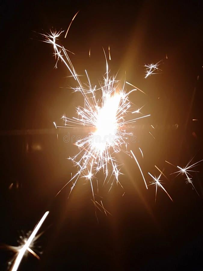 De schoonheid van vuurwerk bij nacht royalty-vrije stock fotografie