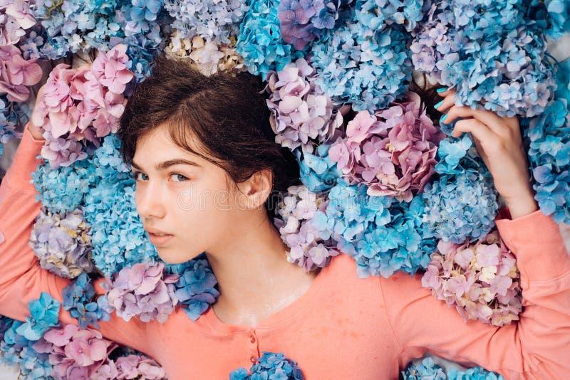 De schoonheid van de zomer De lentevrouw met hydrangea hortensiabloemen Manierportret van vrouw Gezonde haar en huid Make-upschoo royalty-vrije stock fotografie