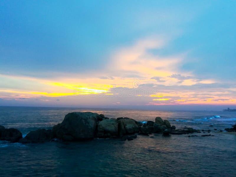 De schoonheid van zonsondergang bij het strand royalty-vrije stock afbeelding