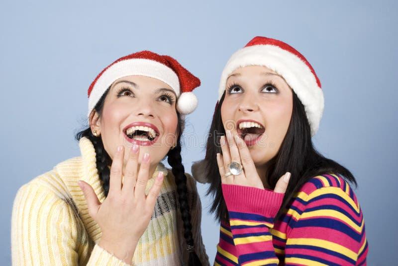 De schoonheid verraste twee vrouwen die omhoog kijken stock fotografie