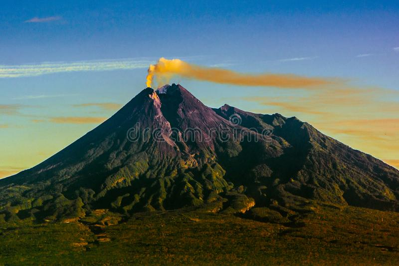 de schoonheid zet merapi, Java, Indonesië op stock foto
