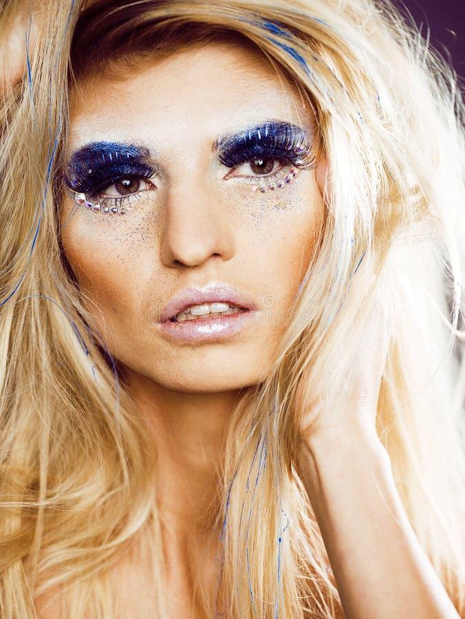 De schoonheids blong vrouw ith maakt omhoog, de winterklatergoud het glanzen royalty-vrije stock fotografie