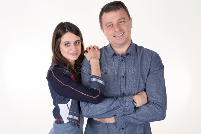 de schoonheidsdochter omhelst de vader op een witte achtergrond stock fotografie