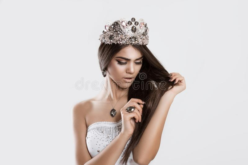 De schoonheidskoningin die ongerust gemaakt ziet haar beschadigd haar worden royalty-vrije stock afbeeldingen