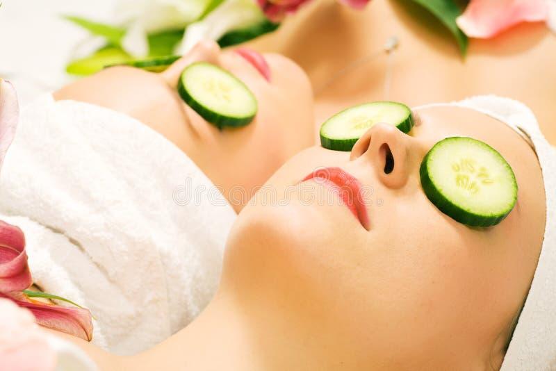 De schoonheidsmeisjes van de komkommer in kuuroord royalty-vrije stock foto