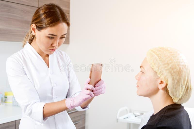 De schoonheidsspecialist duwt een spuit om Botox in te spuiten royalty-vrije stock fotografie
