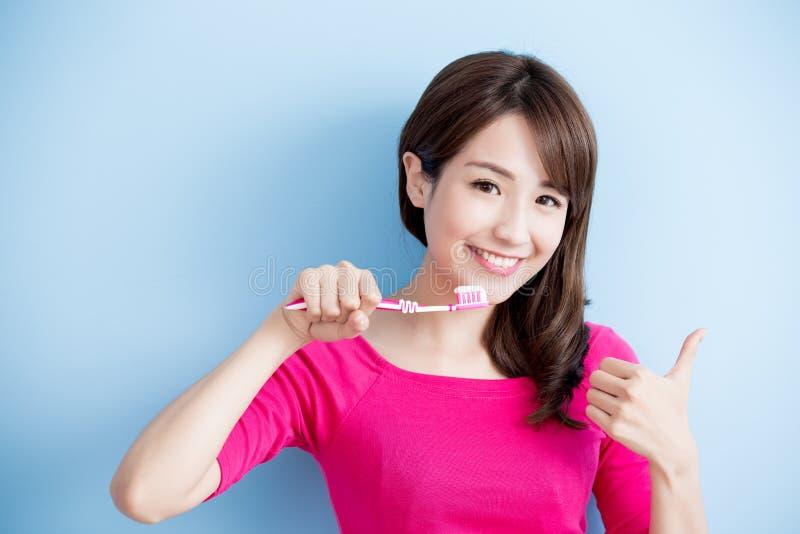 De schoonheidsvrouw borstelt haar tanden royalty-vrije stock foto