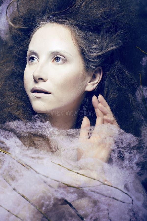 De schoonheidsvrouw met creatief maakt omhoog als cocon royalty-vrije stock foto's