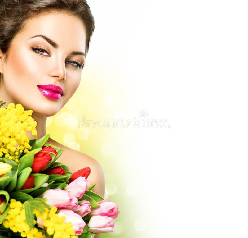 De schoonheidsvrouw met de lente bloeit boeket stock foto's