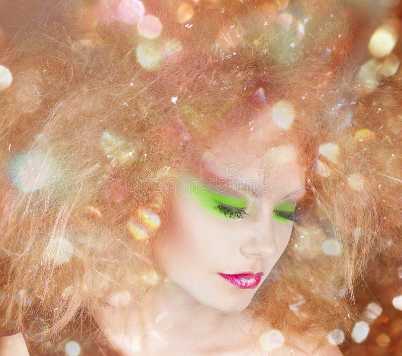 De schoonheidsvrouw van de manier met kleurrijke make-up en creatief kapsel royalty-vrije stock afbeeldingen
