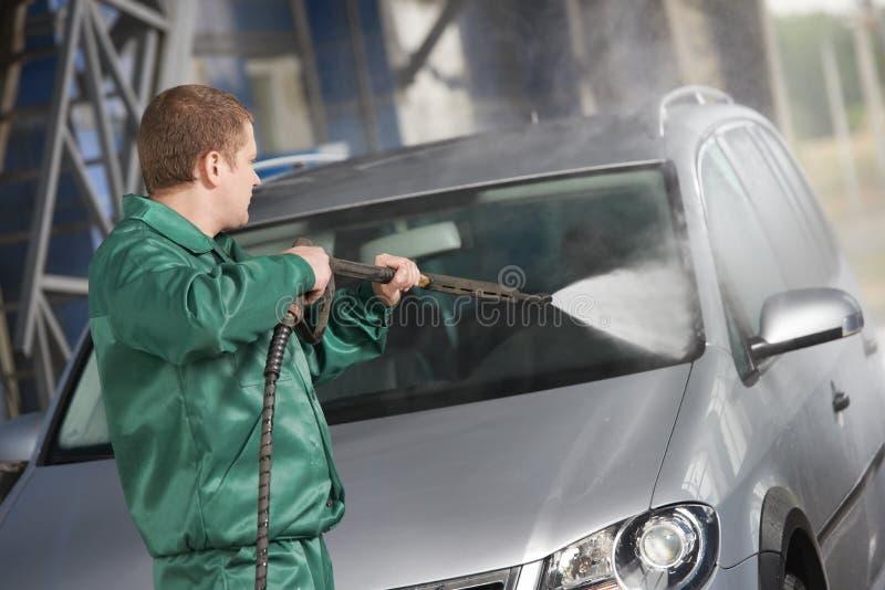 De schoonmakende auto van de arbeider met gedrukt water stock afbeeldingen