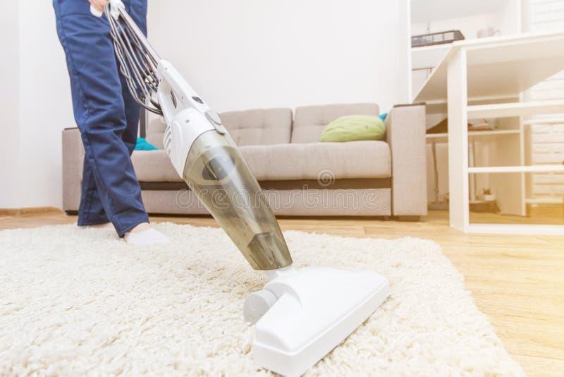 De schoonmakende dienst met beroepsuitrusting tijdens het werk professionatapijt chemisch reinigen, bank chemisch reinigen, venst stock foto