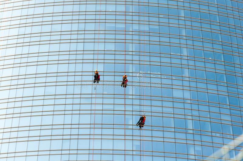 De schoonmakende dienst van de Unicredit-Toren in Milaan, Italië royalty-vrije stock foto's