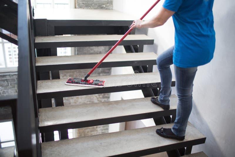 De schoonmakende dienst, vrouwenwassen stock foto's
