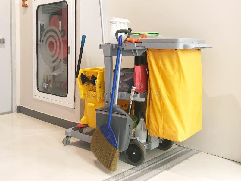 De schoonmakende de dienstkar wacht op het schoonmaken Emmer en reeks van schoon royalty-vrije stock foto's