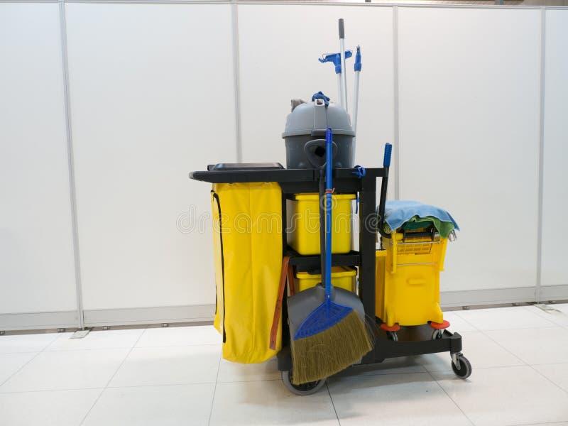 De schoonmakende hulpmiddelenkar wacht op het schoonmaken Emmer en reeks van het schoonmaken van materiaal in het bureau de porti royalty-vrije stock foto's
