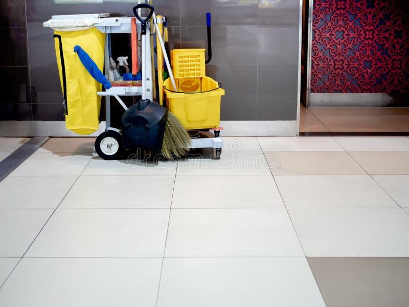De schoonmakende hulpmiddelenkar wacht op het schoonmaken in luchthaven royalty-vrije stock foto's