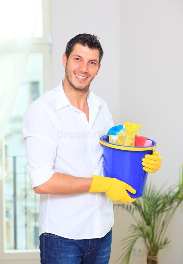 Download De Schoonmakende Mens Van Het Huishouden Stock Afbeelding - Afbeelding: 9992725