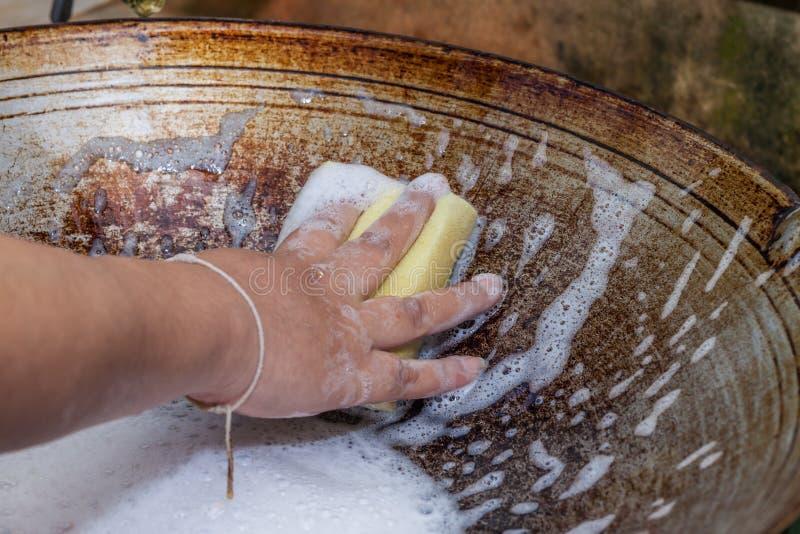 De schoonmakende pan van de vrouwenhand royalty-vrije stock afbeelding