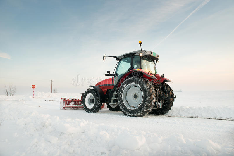 De schoonmakende sneeuw van de tractor royalty-vrije stock foto's