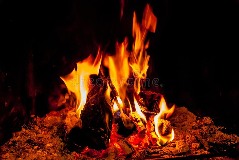 De schoorsteenbrand geeft hitte royalty-vrije stock foto